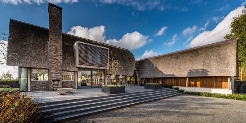 Modern landhuis gebogen dak in riet iroko spanten iboc for Modern landhuis