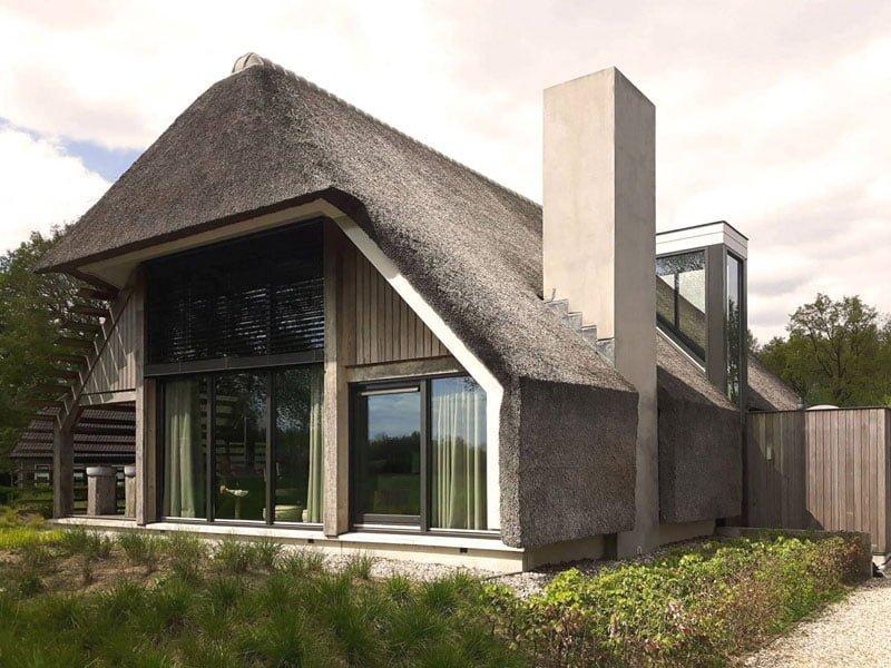 IBOC natuurwoning rieten dak eiken gebinten met glas Gerrit Jan ter Horst